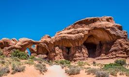 ärke- double Turist- dragning av USA Arque nationalpark i den Moab öknen fotografering för bildbyråer
