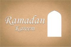 Ärke- fönster för arabiska eller dörrar och `-Ramadan Kareem `, papperssnittstil Arkivbilder