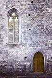 Ärke- fönster och trädörr på den forntida stenväggen Royaltyfri Fotografi