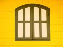 ärke- fönster på den gula väggen Royaltyfri Bild