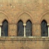 Ärke- fönster på medeltida tegelstenbyggnad i den historiska mitten av Arkivbild