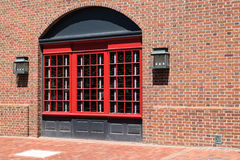 Ärke- fönster, tegelstenvägg Arkivfoton