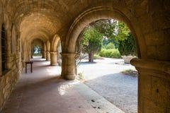 Ärke- galleri i den Filerimos kloster, Rhodes ö Royaltyfria Bilder