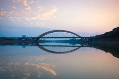 Ärke- huvudvägbro på solnedgången Arkivfoton