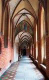 Ärke- korridor i den Malbork slotten arkivbild