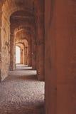 Ärke- korridor i forntida slott Royaltyfria Bilder
