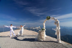 ärke- near nygift person poserar bröllop Royaltyfria Foton