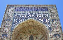 Ärke- portal av den Kok Gumbaz moskén, Uzbekistan Arkivfoton