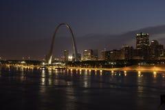 Ärke- St Louis Skyline som för nyckel förbiser den Mississippi River natten Arkivfoto