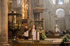 Ärkebiskop och den berömda enorma botafumeiroen arkivbild