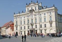 Ärkebiskop Palace, berömd byggnad på den huvudsakliga ingången av den Prague slotten royaltyfria foton