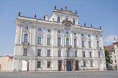 Ärkebiskop Palace nära den Prague slotten arkivfoto