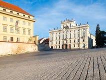 Ärkebiskop Palace på den Hradcany fyrkanten nära den Prague slotten, Prague, Tjeckien arkivfoto