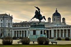 Ärkehertig Charles Statue med museet av Art History i Wien royaltyfri bild