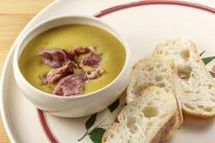 Ärta och Ham Soup med bröd Arkivbilder