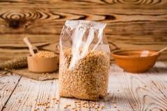 Ärtagryn i emballage på en träbakgrund Sund diet-ce Royaltyfri Foto