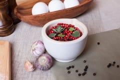 Ärtor för röd peppar i en bunkekrydda Fotografering för Bildbyråer