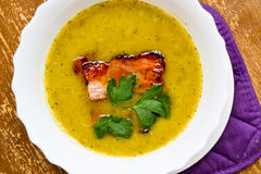 Ärtor lagar mat med grädde soppa med rökt skinka arkivbild