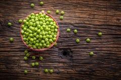 Ärtor Nya bio hemlagade ärtor och fröskidor på gammal ek stiger ombord Sund ny grön grönsak - ärtor och fröskidor Arkivfoto