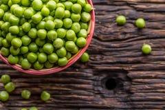 Ärtor Nya bio hemlagade ärtor och fröskidor på gammal ek stiger ombord Sund ny grön grönsak - ärtor och fröskidor Arkivbild