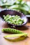 Ärtor white för fröskida för ärtor för bakgrundskulor grön Nya hemlagade ärtor Royaltyfria Bilder