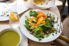 Ärtsoppa, sallad med kronärtskockan, apelsin, morot och grönsallat royaltyfria foton