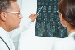 Ärzte überprüfen MRI-Bild des menschlichen Kopfes Lizenzfreies Stockfoto