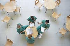 Ärzte in der Sitzung an der Cafeteria Stockbild