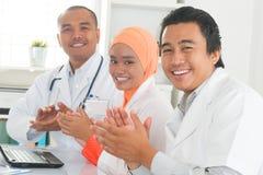 Ärzte, die Hände klatschen lizenzfreies stockbild