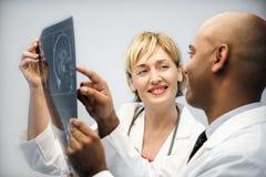 Ärzte, die Röntgenstrahl analysieren. Stockfotos