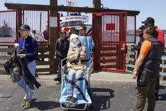 Ärzte nehmen den verletzten Touristen vom Pier Stockbild