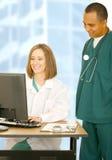 Ärzteteam, das an Computer arbeitet Lizenzfreies Stockbild