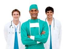 Ärzteteam, das an der Kamera lächelt lizenzfreies stockfoto