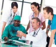 Ärzteteam, das in einem Büro behandelt Lizenzfreie Stockfotografie
