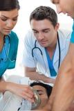 Ärzteteam, das einen Patienten wiederbelebt Stockfotos