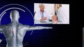 Ärzteteam, das an Patientenröntgenstrahlen arbeitet stock video