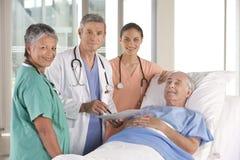 Ärzteteam, das Resultate behandelt Stockfotos