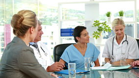 Ärzteteam, das während der Sitzung zusammenarbeitet stock footage