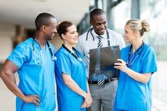 Ärzteteam, das zusammenarbeitet lizenzfreie stockfotografie