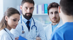 Ärzteteam am Krankenhaus stockfoto