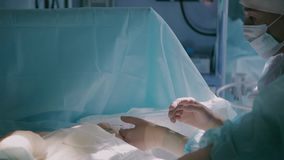 Ärzteteam ungefähr, zum der plastischen Chirurgie abzuschließen stock video