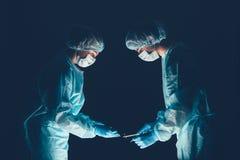 Ärzteteamkrankenhaus, das Operation durchführt Gruppe des Chirurgen bei der Arbeit im Betriebstheaterraum Gesundheitswesen lizenzfreie stockbilder