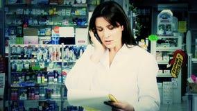 Ärztin bei der Arbeit in der Apotheke stock video