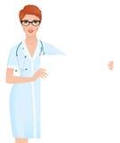 Ärztin in der medizinischen Uniform, die ein leeres weißes Brett hält stockbild