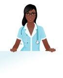 Ärztin in der medizinischen Uniform, die eine leere weiße Anschlagtafel hält Lizenzfreies Stockbild