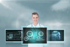 Ärztin, die auf medizinische Schnittstellen gegen Himmel mit Aufflackern und Wolken einwirkt Stockfoto
