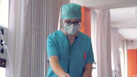 Ärztin, die Diagnoseverfahren über phonendoscope macht stock video