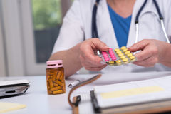 Ärztin, die eine Blisterpackung Pillen hält Lizenzfreie Stockfotografie