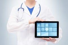 Ärztin, die eine Tablette hält Lizenzfreies Stockbild