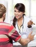 Ärztin, die mit ihrem männlichen Patienten spricht Lizenzfreies Stockfoto